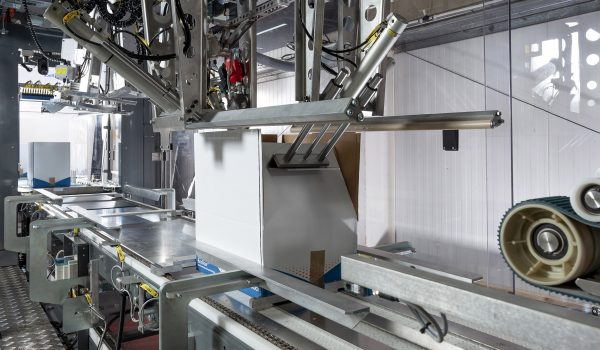 WestRock Boxsizer. Automated packaging machine preparing a cardboard box