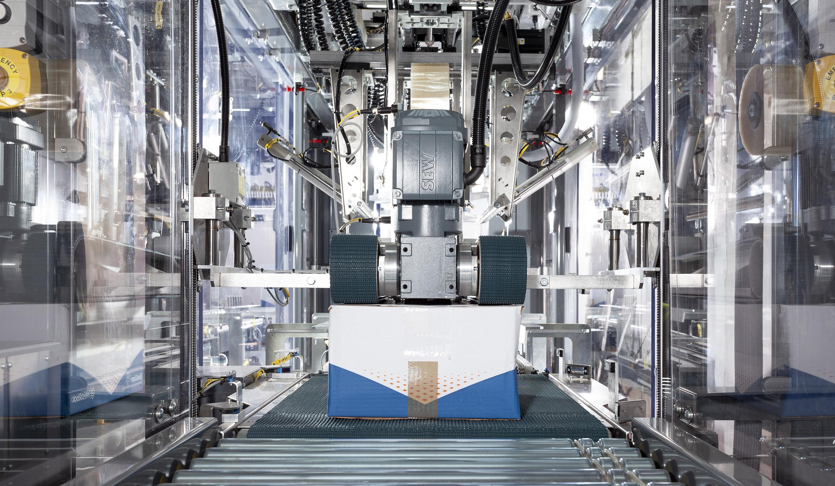 WestRock Boxsizer. Automated packaging machine preparing a cardboard box